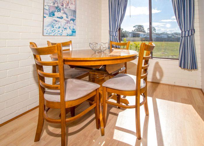 apollo-holiday-units-naroom-accommodationa-dining-4